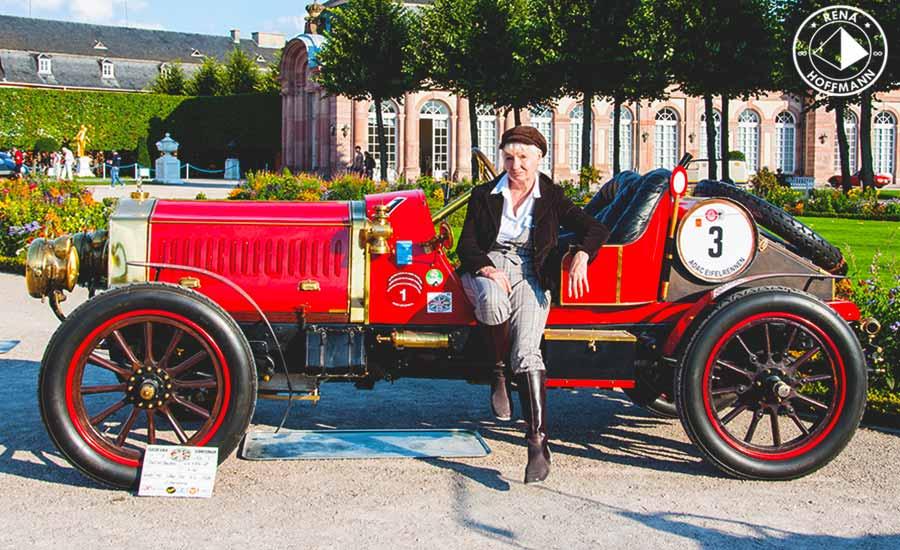 DeDion-Bouton-Grandprix- F 1908, mit Besitzerin im stilgerechten Outfit Foto: Rena Hoffmann